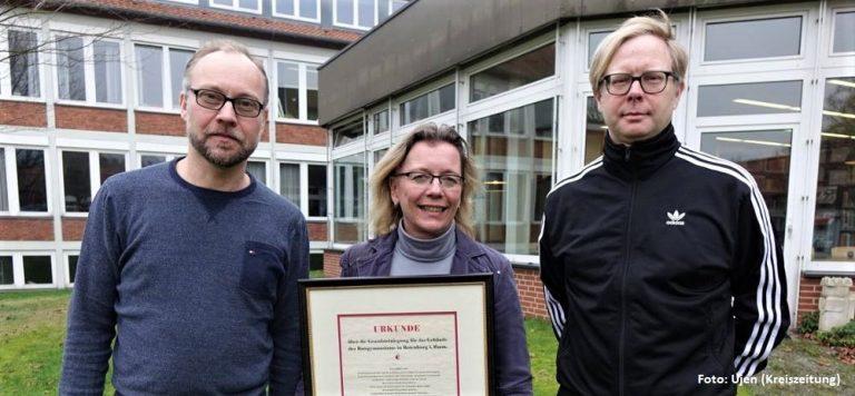 Schulleiterin Iris Rehder präsentiert Gründungsurkunde des Ratsgymnasium